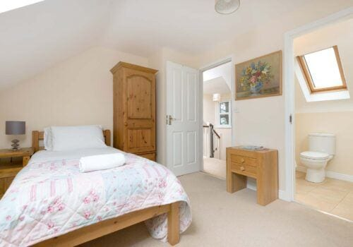 Holiday home hampshire Mews Hill Twin bedroom