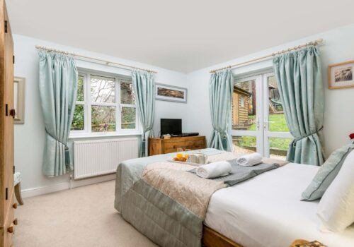 Self Cartering New Forest cottage king size downstairs bedroom
